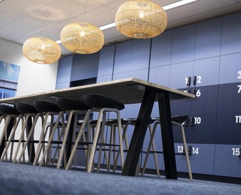 Onderwijsinstelling kantoorinrichting tafel en krukken